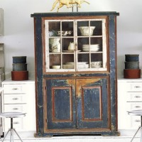 Старинный кухонный шкаф.